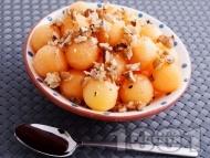 Десерт от топчета пъпеш с мед и орехи